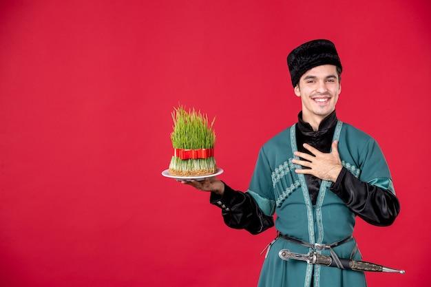 Ritratto di uomo azero in costume tradizionale azienda semeni studio shot ballerino rosso esecutore di primavera
