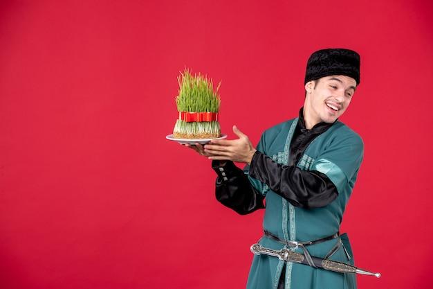 Ritratto di uomo azero in costume tradizionale azienda semeni studio shot ballerino rosso primavera