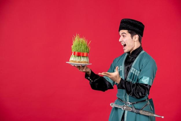 Ritratto di uomo azero in costume tradizionale azienda semeni studio shot red novruz ballerino performer