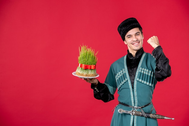 Ritratto di uomo azero in costume tradizionale azienda semeni studio shot red novruz ballerino performer di primavera