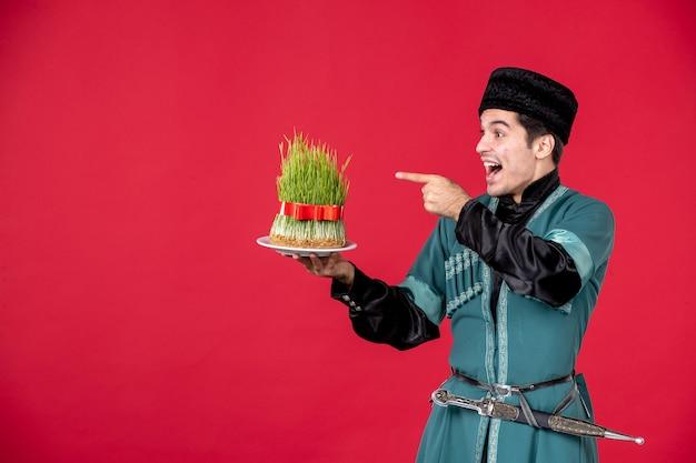 Ritratto di uomo azero in costume tradizionale azienda semeni studio shot red novruz ballerino primavera