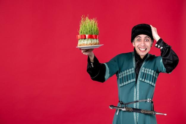 Ritratto di uomo azero in costume tradizionale con semeni in vacanza danzatrice primavera etnica rossa novruz