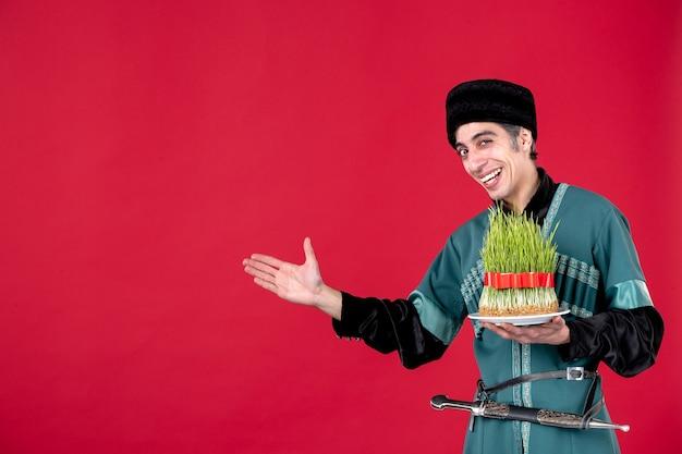 Ritratto di uomo azero in costume tradizionale con semeni in vacanza primaverile etnica rossa novruz