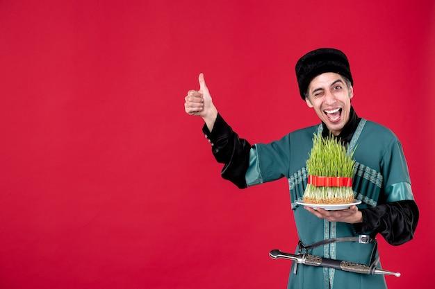 Ritratto di uomo azero in costume tradizionale con semeni in festa rossa novruz ballerino etnico