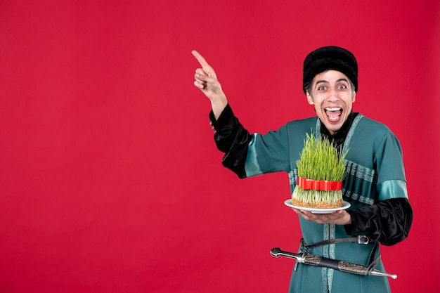 Ritratto di uomo azero in costume tradizionale con semeni su rosso novruz ballerino etnico vacanza primavera