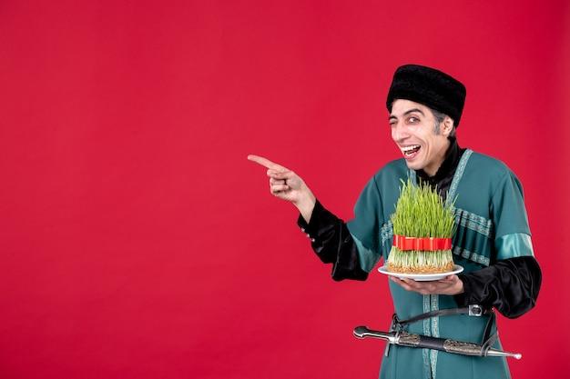 Ritratto di uomo azero in costume tradizionale con semeni su ballerini di primavera vacanza etnica novruz rosso