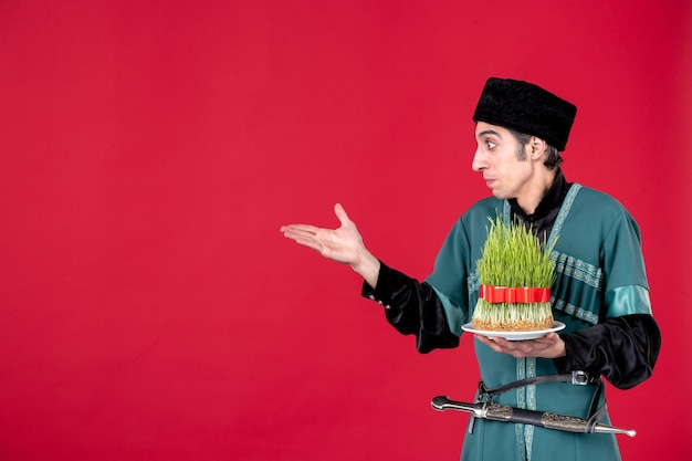 Ritratto di uomo azero in costume tradizionale con semeni su ballerino di primavera vacanze etniche novruz rosso