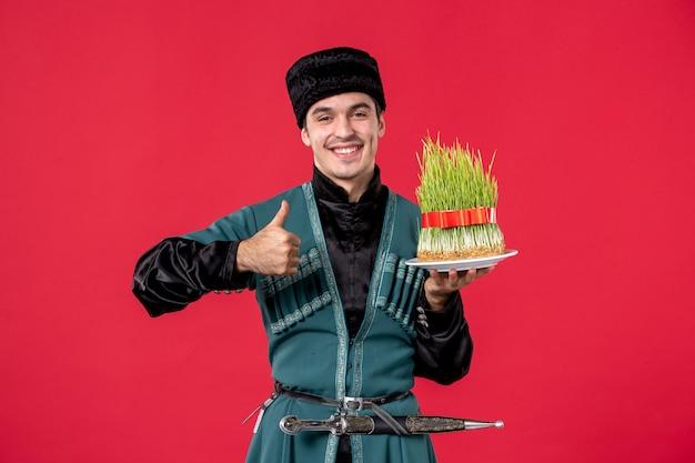 Ritratto di uomo azero in costume tradizionale con seme su rosso