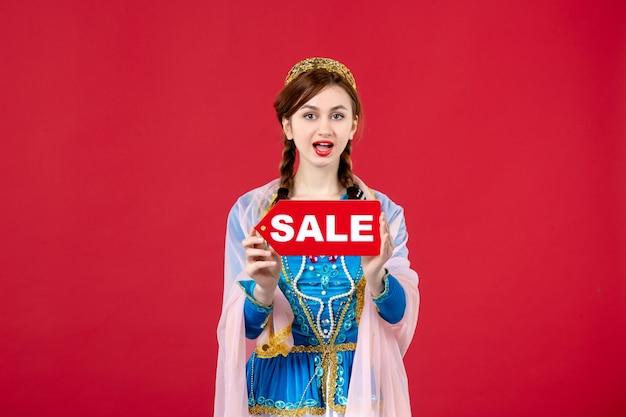 Ritratto di donna azera in abito tradizionale con targhetta di vendita su rosso