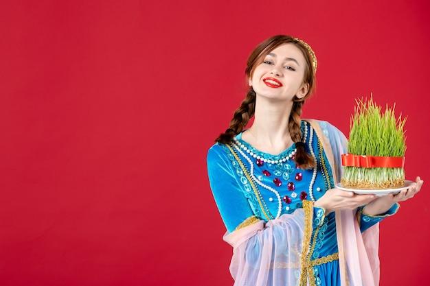 Ritratto di donna azera in abito tradizionale con semeni su rosso