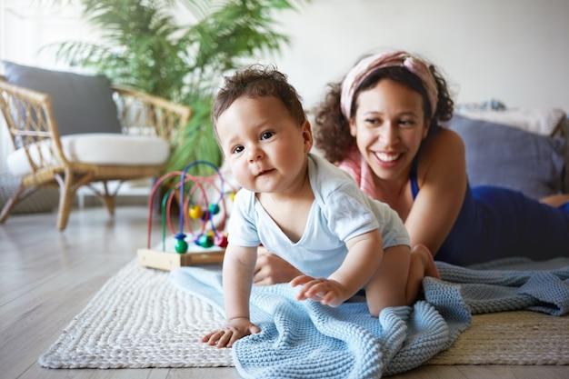 Un ritratto di un neonato e di una madre