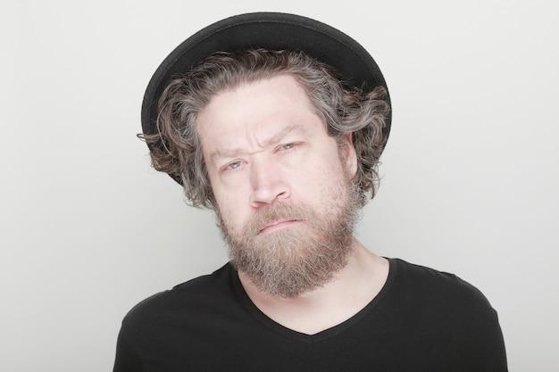 Портрет колючий мужчина в шляпе