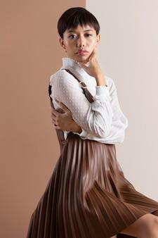 Ritratto di bella donna asiatica in abiti autunnali