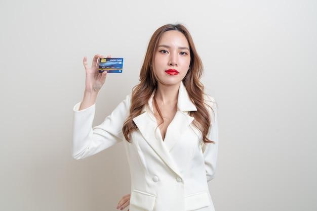 흰색 바탕에 신용 카드를 들고 세로 아름 다운 아시아 여자