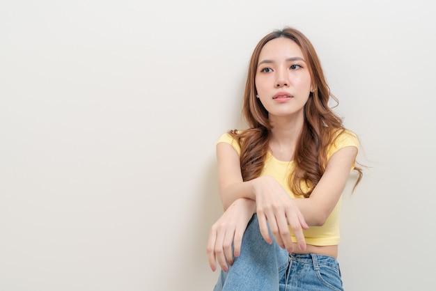 肖像画美しいアジアの女性のストレス、深刻な、心配または不平を言う