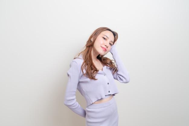 幸せな気持ちと白い背景に笑みを浮かべて美しいアジアの女性の肖像画