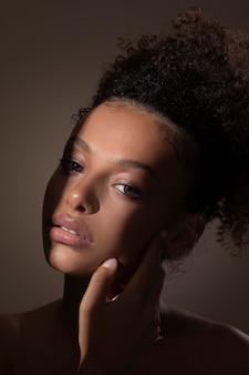 Ritratto di bella donna di colore con ombre misteriose