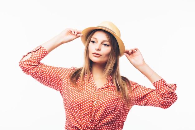Ritratto di bella donna bionda in cappello di paglia isolato su sfondo bianco