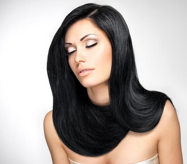 Ritratto di una bella donna bruna con lunghi capelli lisci