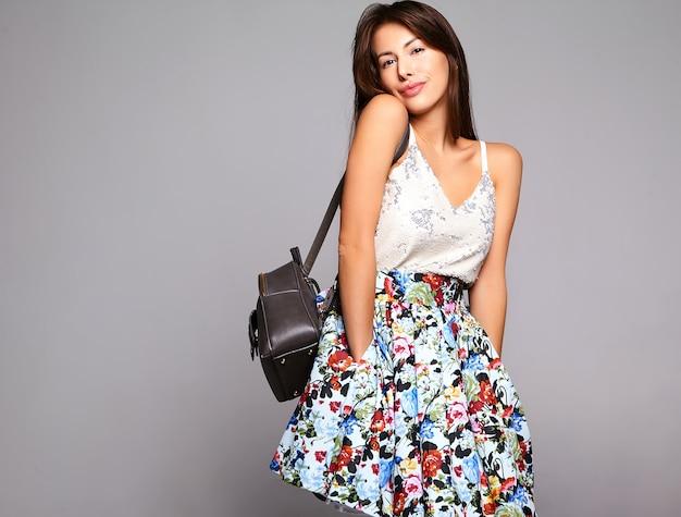 Портрет красивая милая брюнетка женщина модель в повседневной летней одежде без макияжа, изолированных на серый