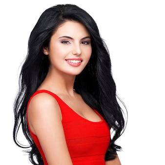 Ritratto di bel viso di una giovane donna sorridente con lunghi capelli castani in abito rosso