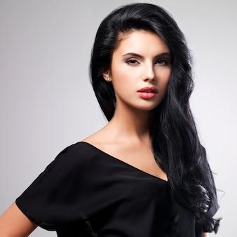 Ritratto di bel viso di una giovane donna con lunghi capelli castani