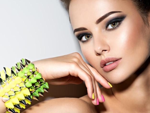 Ritratto di donna bella moda indossando il braccialetto con le spine