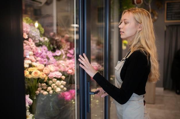 Ritratto di bella fiorista femminile al lavoro
