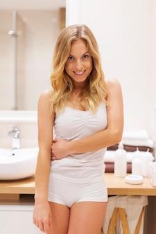 Ritratto di bella donna fresca in bagno