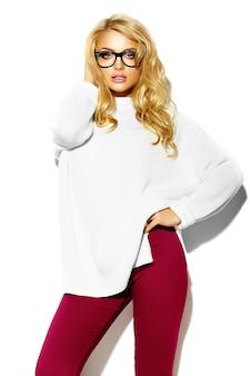 Ritratto di bella felice dolce carina donna bionda sorridente in abiti casual caldo maglione bianco hipster, con gli occhiali