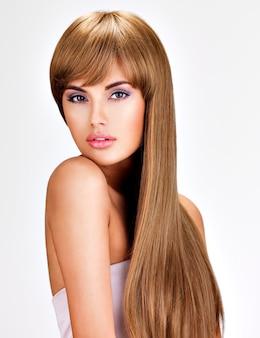 Ritratto di una bella donna indiana con lunghi capelli lisci castani.