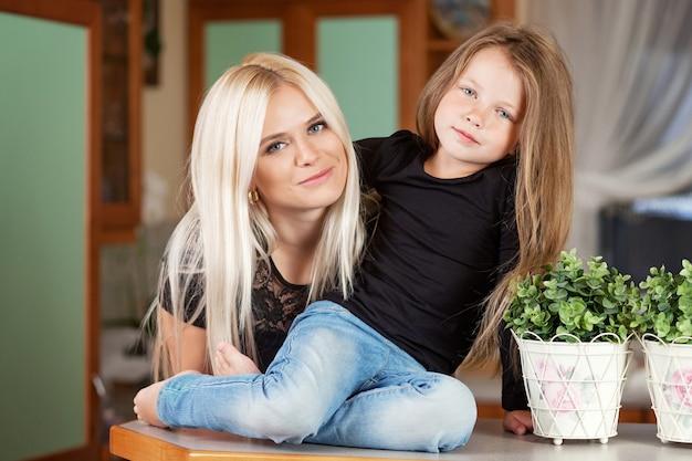 肖像画の美しい母と娘の自宅