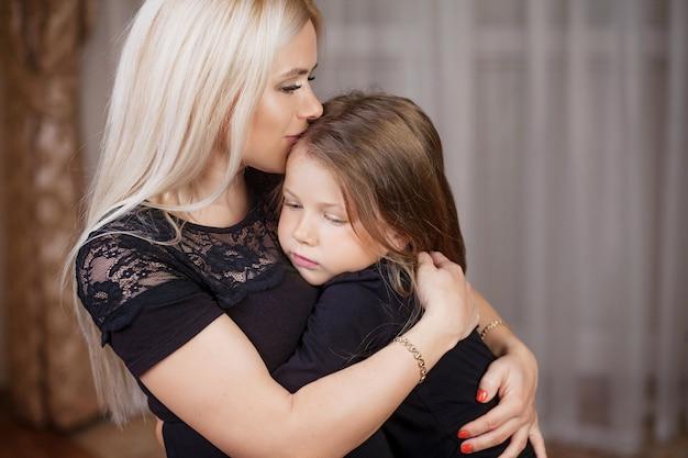 Портрет красивой матери и маленькой дочери дома