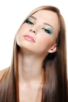 Ritratto di bella giovane donna piacevole con bei capelli lunghi