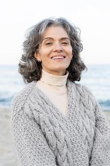 Ritratto di bella donna anziana in spiaggia