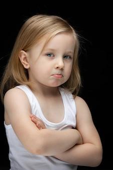 Ritratto di bella ragazza giovane triste con breve fiera