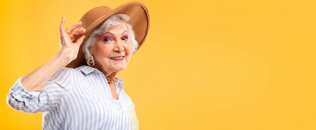 Ritratto di bella donna anziana in posa Foto Gratuite