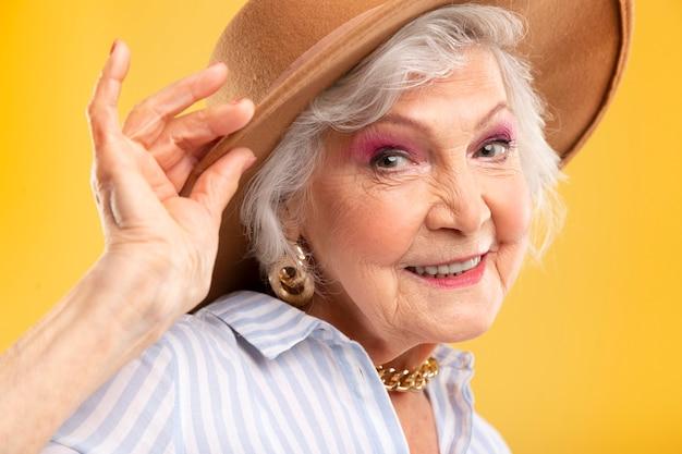 Ritratto di bella donna anziana in posa