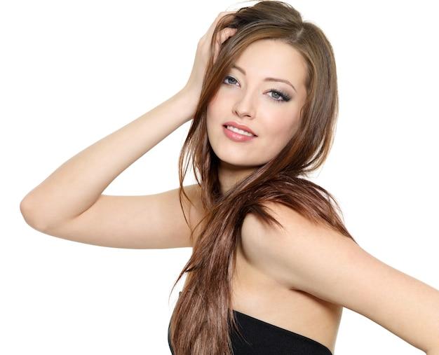 Ritratto di bella modella sexy con i capelli lunghi -