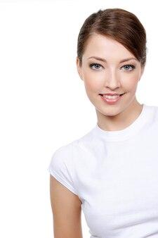 Ritratto di bella giovane donna sorridente con lo spazio della copia