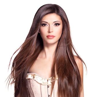 Ritratto di una bella donna graziosa bianca con lunghi capelli lisci