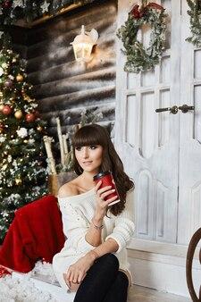 お茶を飲む自宅で肖像画の美しい女性