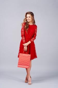 Ritratto di bella donna che tiene la borsa della spesa