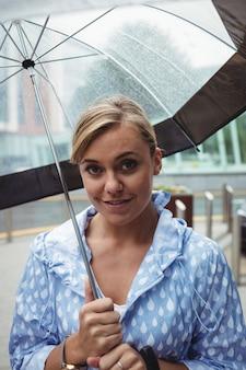 Ritratto di bella donna con ombrello