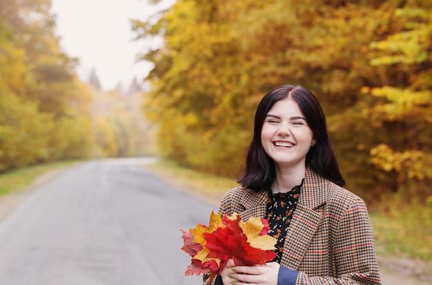秋の公園の肖像画の美しい女性