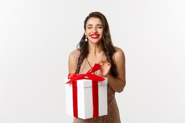 Портрет красивой женщины в платье с подарком