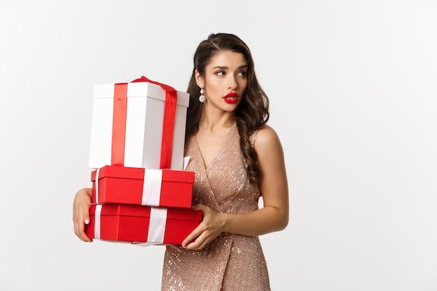 Портрет красивой женщины в платье с подарками
