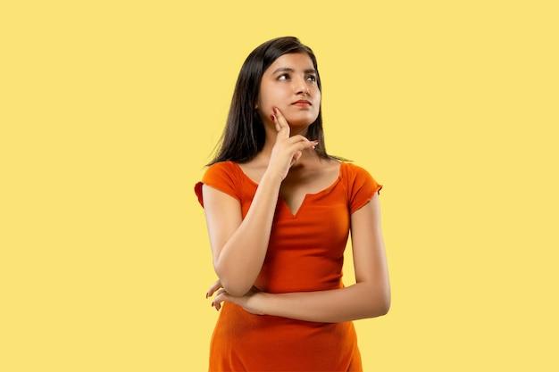 Ritratto di bella donna isolata su sfondo giallo studio