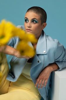 Ritratto di bella donna in posa con una giacca blu con fiori