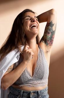 Ritratto di bella donna in posa nel suo reggiseno